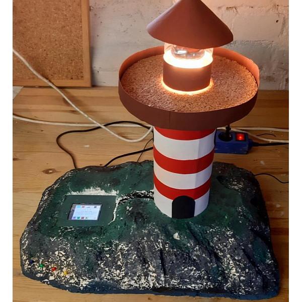 """Erik (10 Jahre) aus Magdeburg mit seinem Modell """"MDR-Leuchtturm"""""""